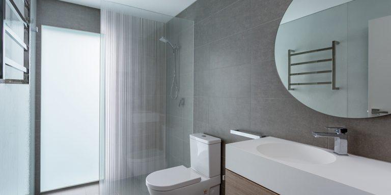 DecorDesign. Shower screen in Strip pattern