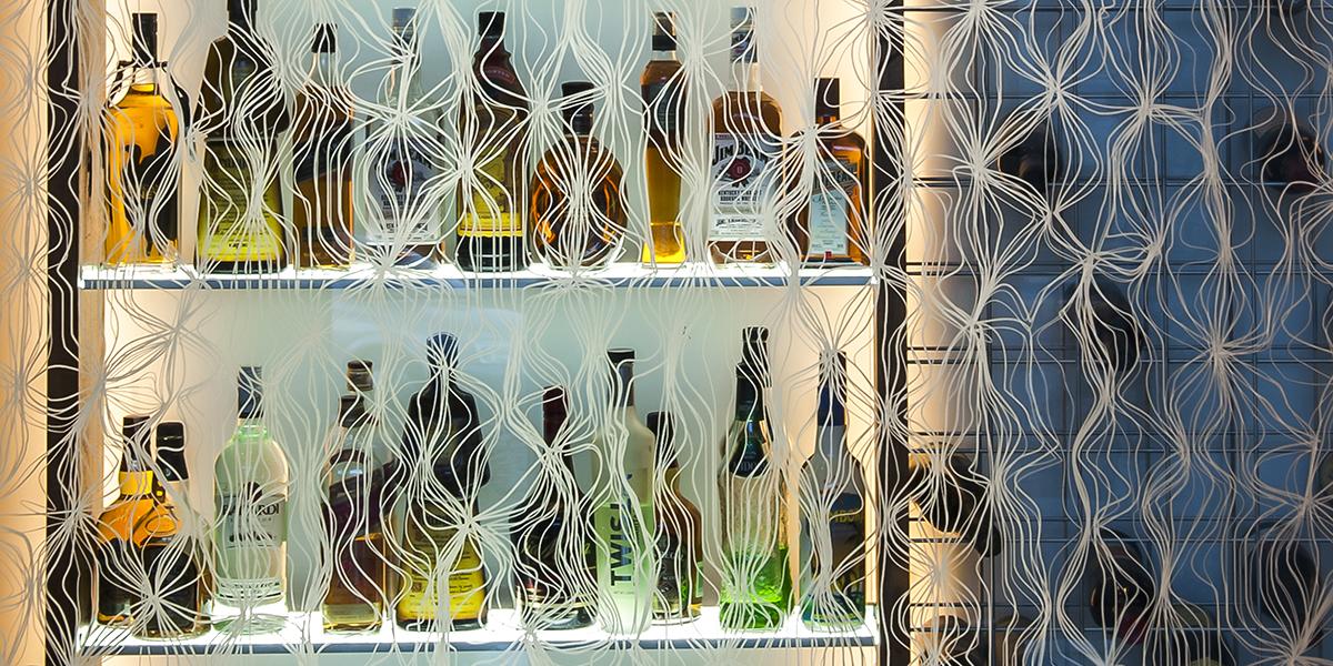 DecorDesign. Wine cellar glass screen in Merletto pattern