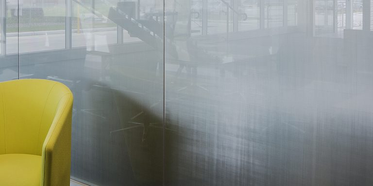 SEFAR mesh laminated glass partition AL 260 25. Glassworks office